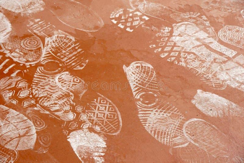 Empreinte de pas sur le chemin concret ou en pierre poussiéreux photos libres de droits
