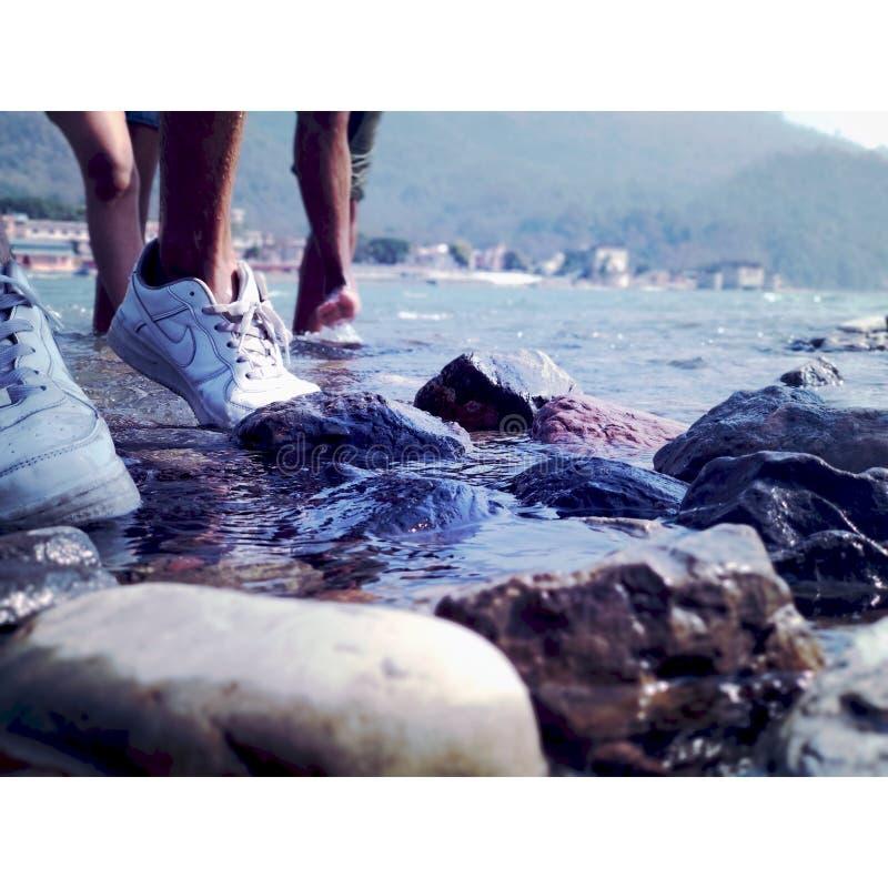 Empreintes de pas de côté de rivière image libre de droits