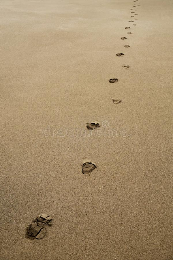 Empreintes de pas dans le sable photo stock