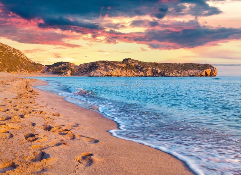 Empreintes de pas dans le sable sur la plage turque célèbre Patara image libre de droits