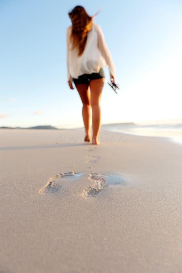 Empreintes de pas en sable image stock