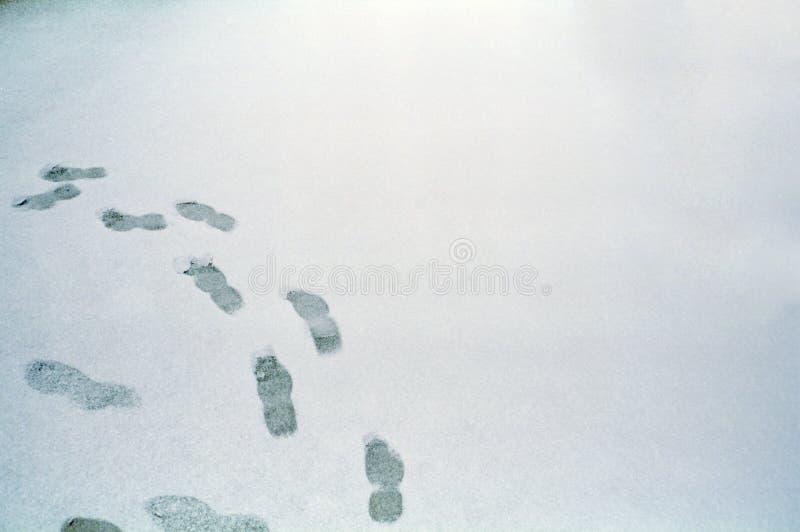 Empreintes de pas sur la neige photo stock