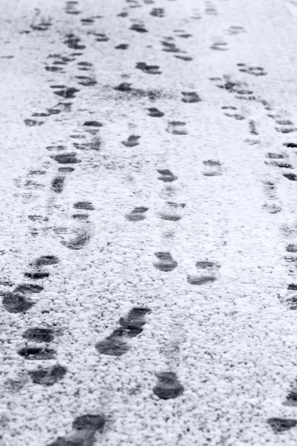 Empreintes de pas sur la surface de neige images libres de droits