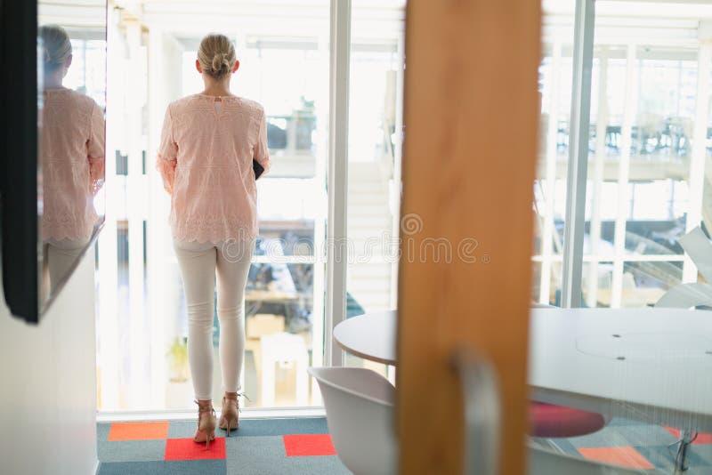 Empresária cuidadosa que está na sala de conferências no escritório imagens de stock