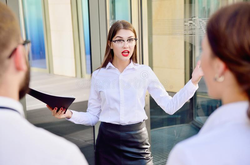 A empresária grita com subordinados fotos de stock royalty free