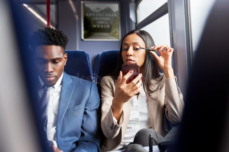 Empresária Sentada Em Comboio A Comutar-Se Para Trabalhar Em Composição imagem de stock