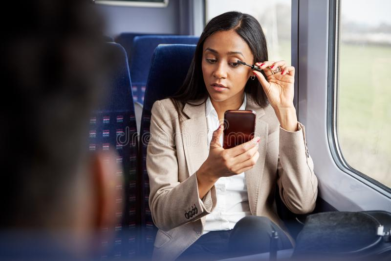 Empresária Sentada Em Comboio A Comutar-Se Para Trabalhar Em Composição fotografia de stock royalty free