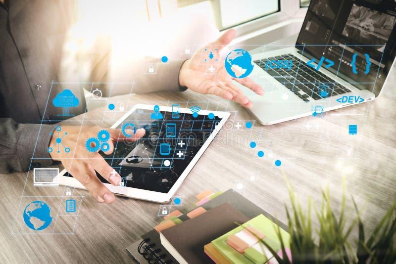 Empresário, à mão, a assistir a videoconferência com computador portátil e tablet em casa fotos de stock