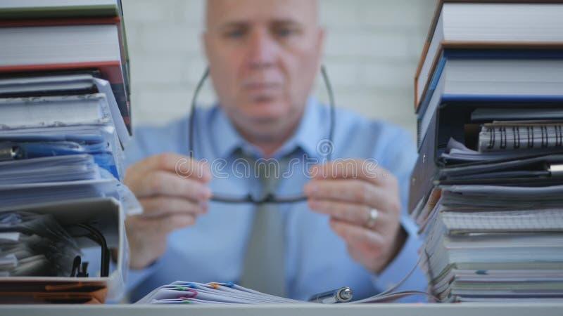 Empresário In Accounting Archive da imagem borrada que trabalha com documentos fotos de stock
