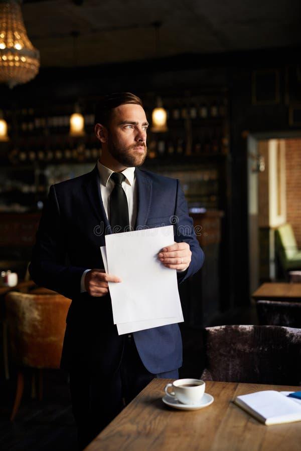 Empresário ambicioso que pensa dos planos fotos de stock royalty free