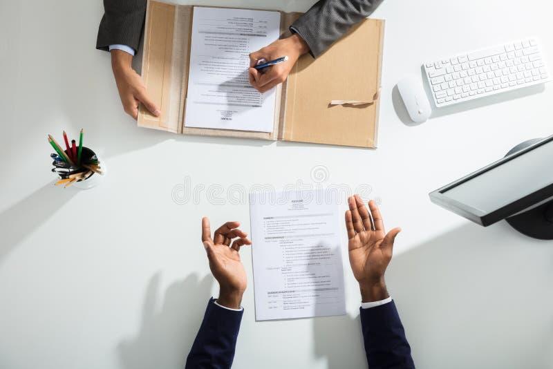 Empresário And Candidates Hand sobre a mesa branca foto de stock royalty free