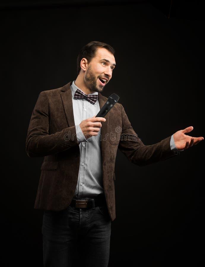 Empresário com um microfone imagens de stock royalty free