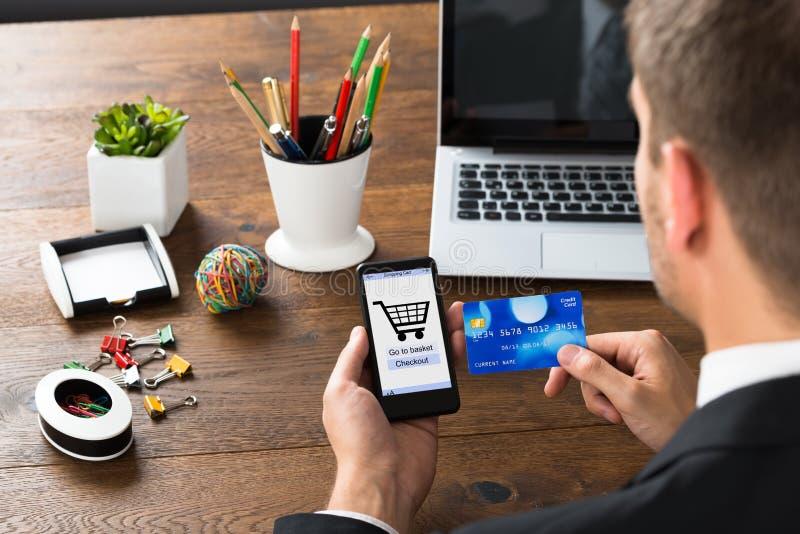 Empresário With Credit Card e telefone celular imagem de stock