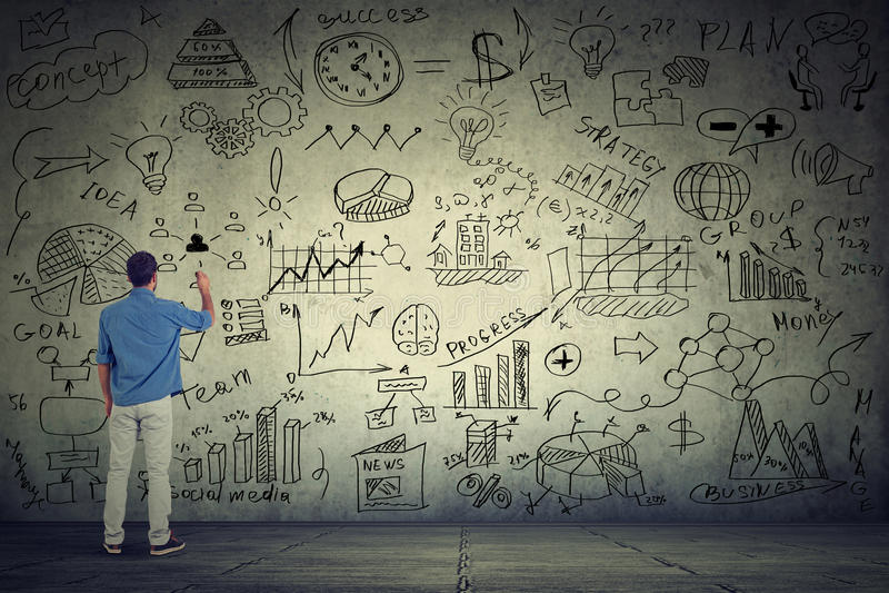 Empresário do homem de negócio que escreve alguns cálculos novos do projeto na parede cinzenta imagens de stock
