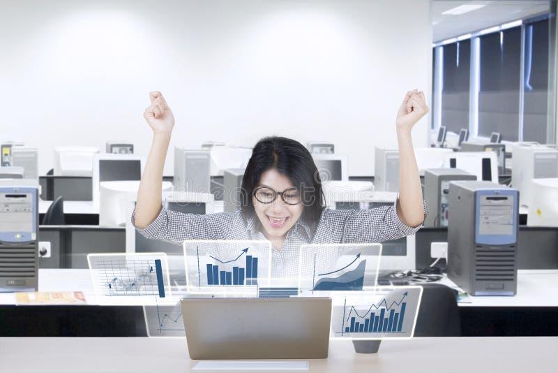 Empresário fêmea com carta do lucro no escritório imagens de stock royalty free