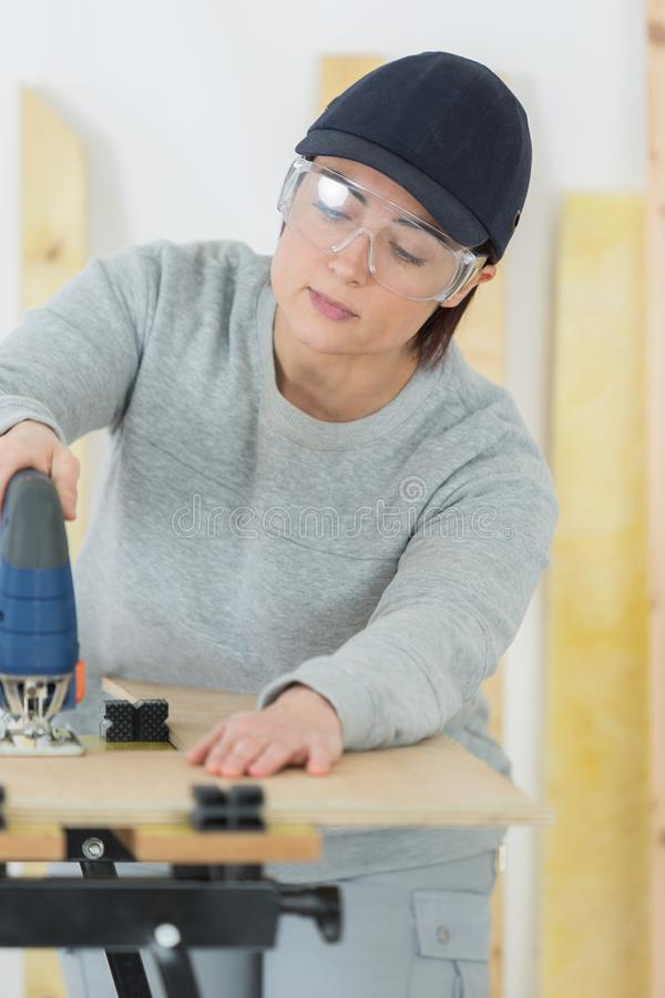 Empresário fêmea da carpintaria que trabalha duramente imagens de stock royalty free