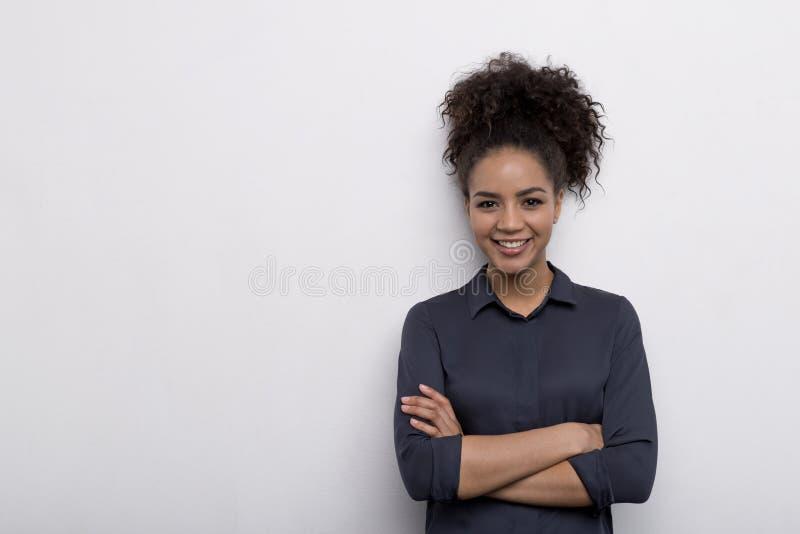Empresário fêmea que está na parede imagens de stock royalty free