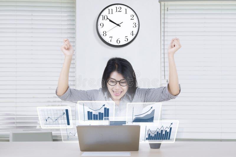 Empresário feliz com gráfico de lucro imagens de stock