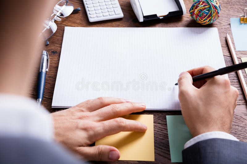 Empresário Holding Pen On Blank Notebook imagens de stock royalty free