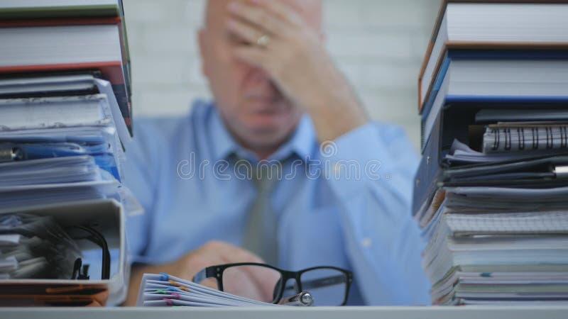 Empresário incomodado Image na sala do arquivo triste e decepcionada fotografia de stock royalty free