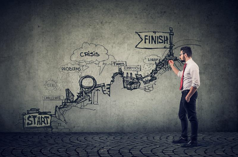 Empresário inventa todas as possibilidades, desenhando um esboço de riscos no caminho imagens de stock royalty free