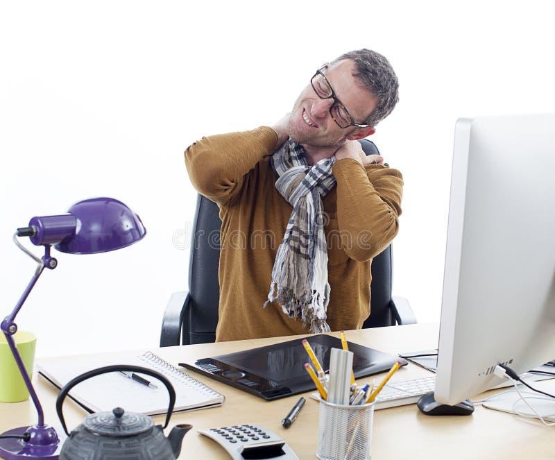 Empresário masculino doente que sofre do pescoço dorido em sua mesa imagens de stock