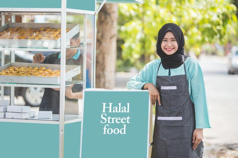 Empresário muçulmano com tenda do alimento imagem de stock
