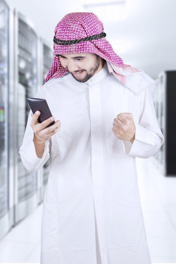 Empresário muçulmano que usa um telefone celular imagem de stock