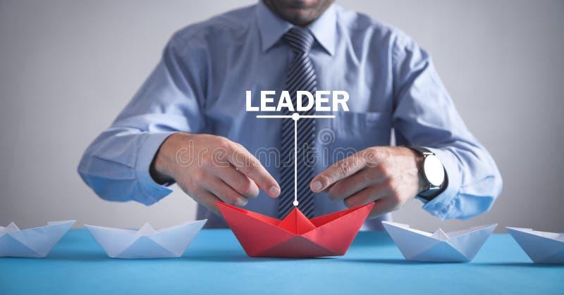 Empresário no cargo Barco de papel origami vermelho com barcos brancos Negócios, Liderança fotos de stock