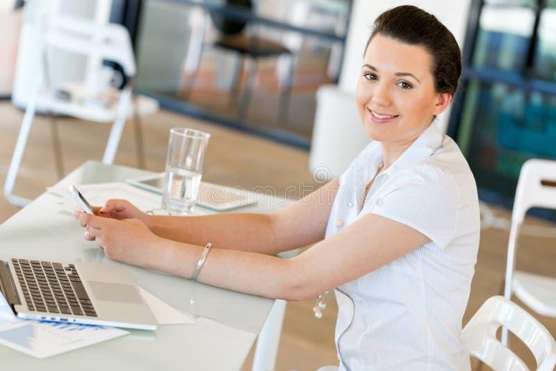 Empresário ou freelancer feliz em um escritório ou em uma casa imagem de stock royalty free