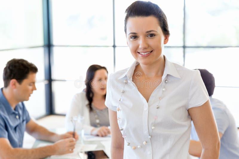 Empresário ou freelancer feliz em um escritório ou em uma casa fotografia de stock