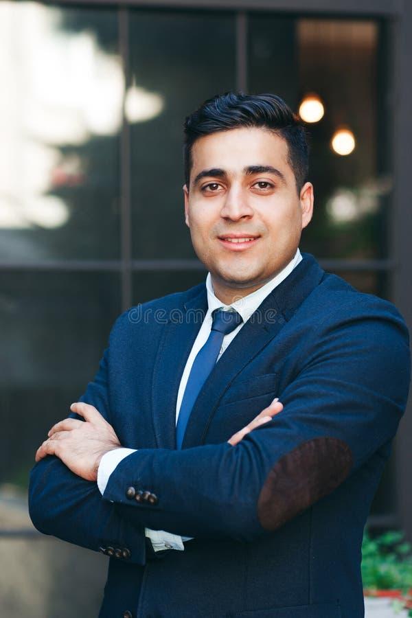 Empresário próspero com braços dobrados fotografia de stock