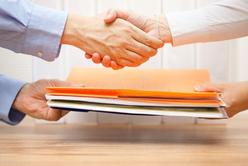 Empresário que agita as mãos com seu contador após ter passado o doc imagem de stock