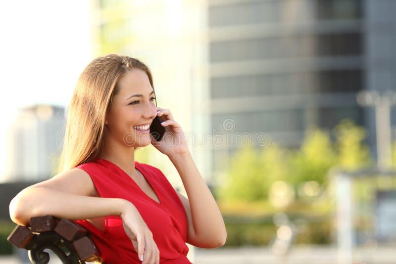 Empresário que fala no telefone celular imagens de stock