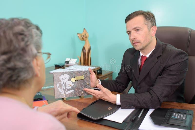 Empresário que mostra a mulher a chapa memorável fotos de stock