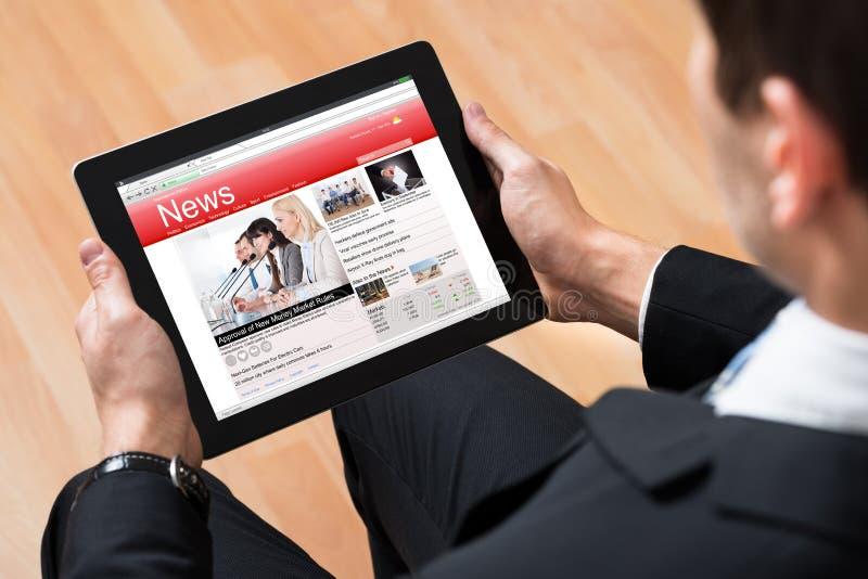 Empresário Reading News Online imagens de stock royalty free