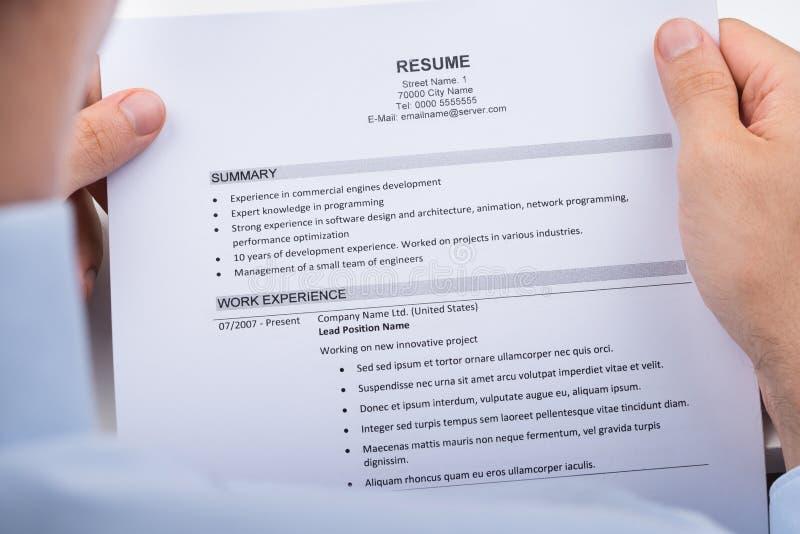 Empresário Reading Resume fotografia de stock