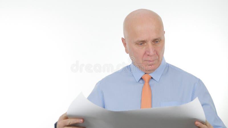 Empresário seguro Opening e leitura de um plano de construção imagens de stock