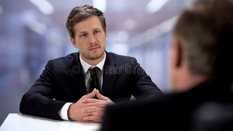 Empresário sentado colega de frente, bem sucedido encontro de parceiros, cooperação fotos de stock