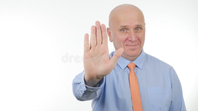Empresário Smile e para fazer gestos de mão da parada fotos de stock royalty free