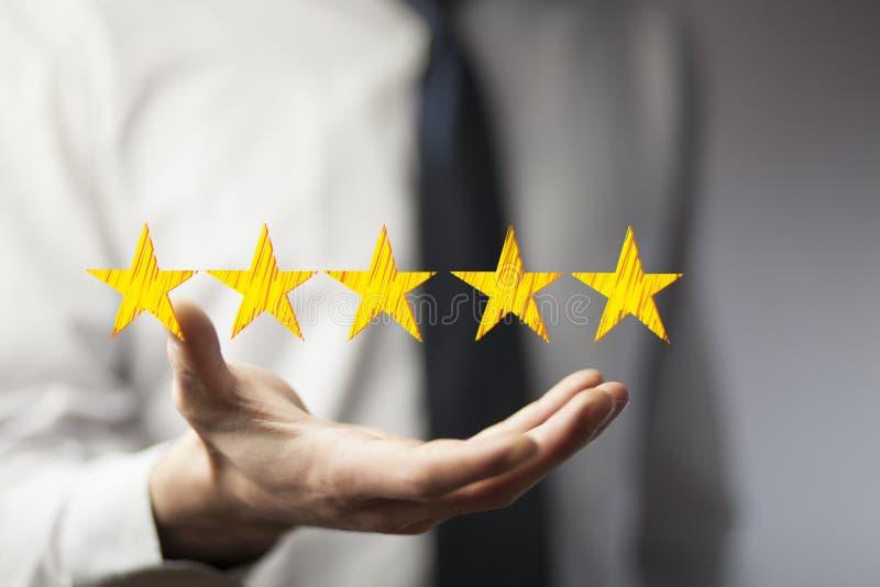 Empresário tocando interface tecnológica com estrelas de ranking imagem de stock royalty free