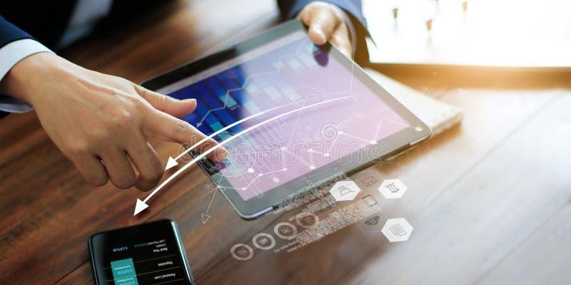 Empresário usando tablet analisando dados de vendas e gráfico de crescimento econômico Planeamento e estratégia empresarial Marke foto de stock