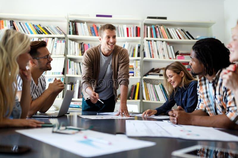 Empresários amigos discutindo ideias de brainstorming na reunião imagens de stock royalty free