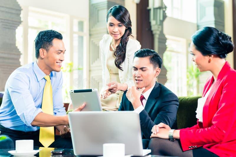 Empresários asiáticos que têm a reunião fotos de stock royalty free