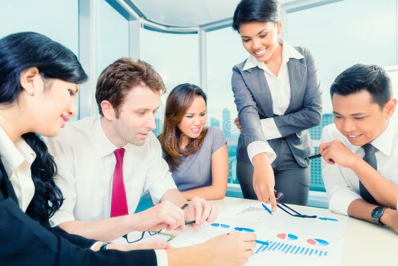 Empresários asiáticos que têm a reunião no escritório imagem de stock royalty free