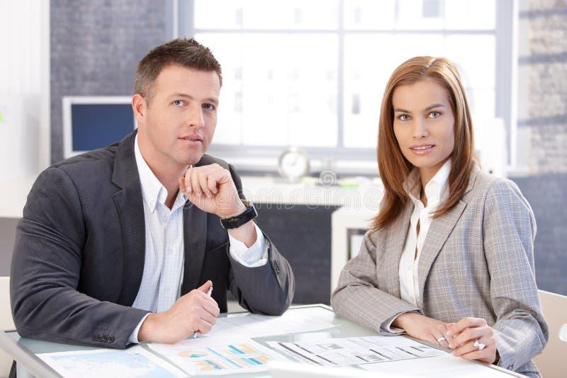Empresários atrativos que trabalham junto imagem de stock royalty free