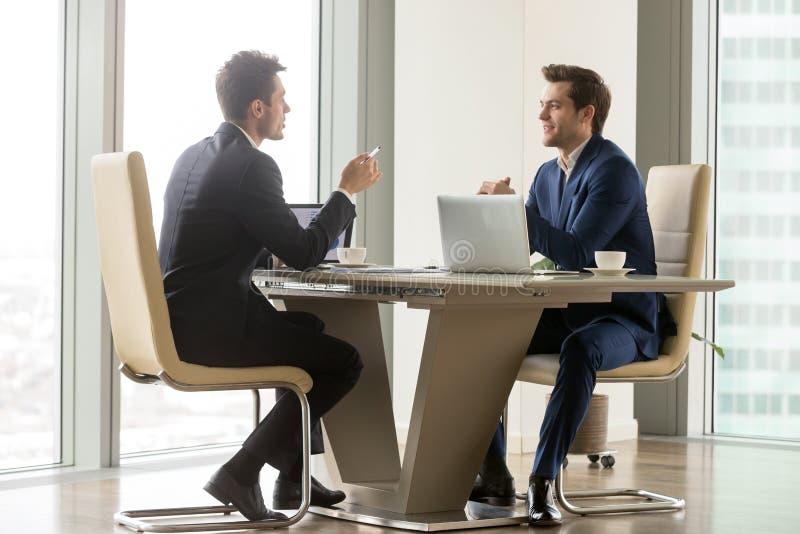 Empresários bem sucedidos que analisam perspectivas foto de stock royalty free