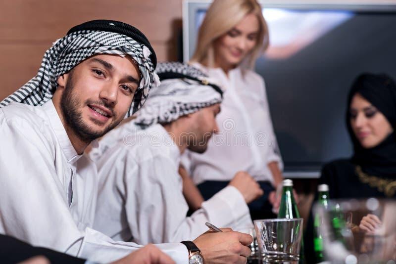 Empresários bem sucedidos que trabalham junto imagem de stock royalty free