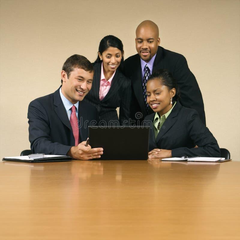 Empresários com computador. fotos de stock