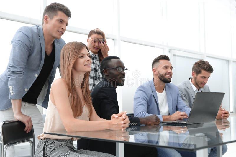 Empresários com o computador digital que tem a reunião no escritório fotografia de stock royalty free